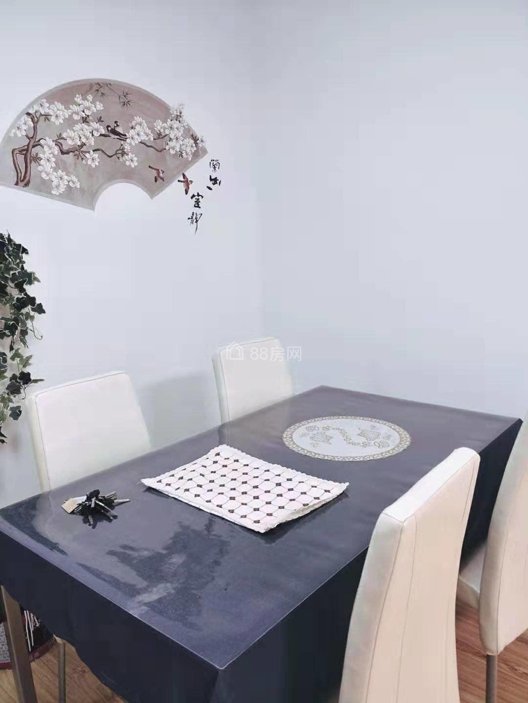 四季华城豪装两房,房间温馨舒适,家电齐全,小区环境好。