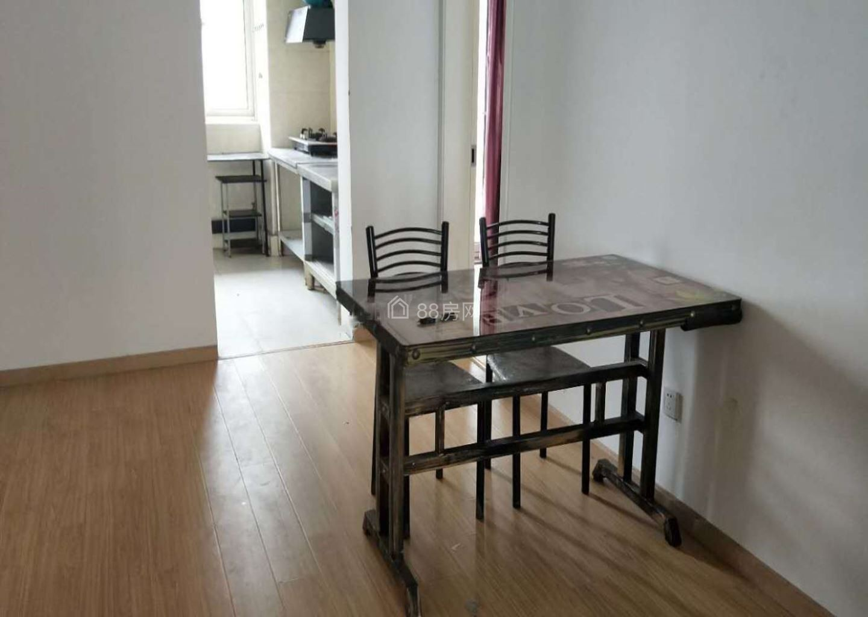 整租新中国际 4室2厅 南 拎包入住 价格实惠