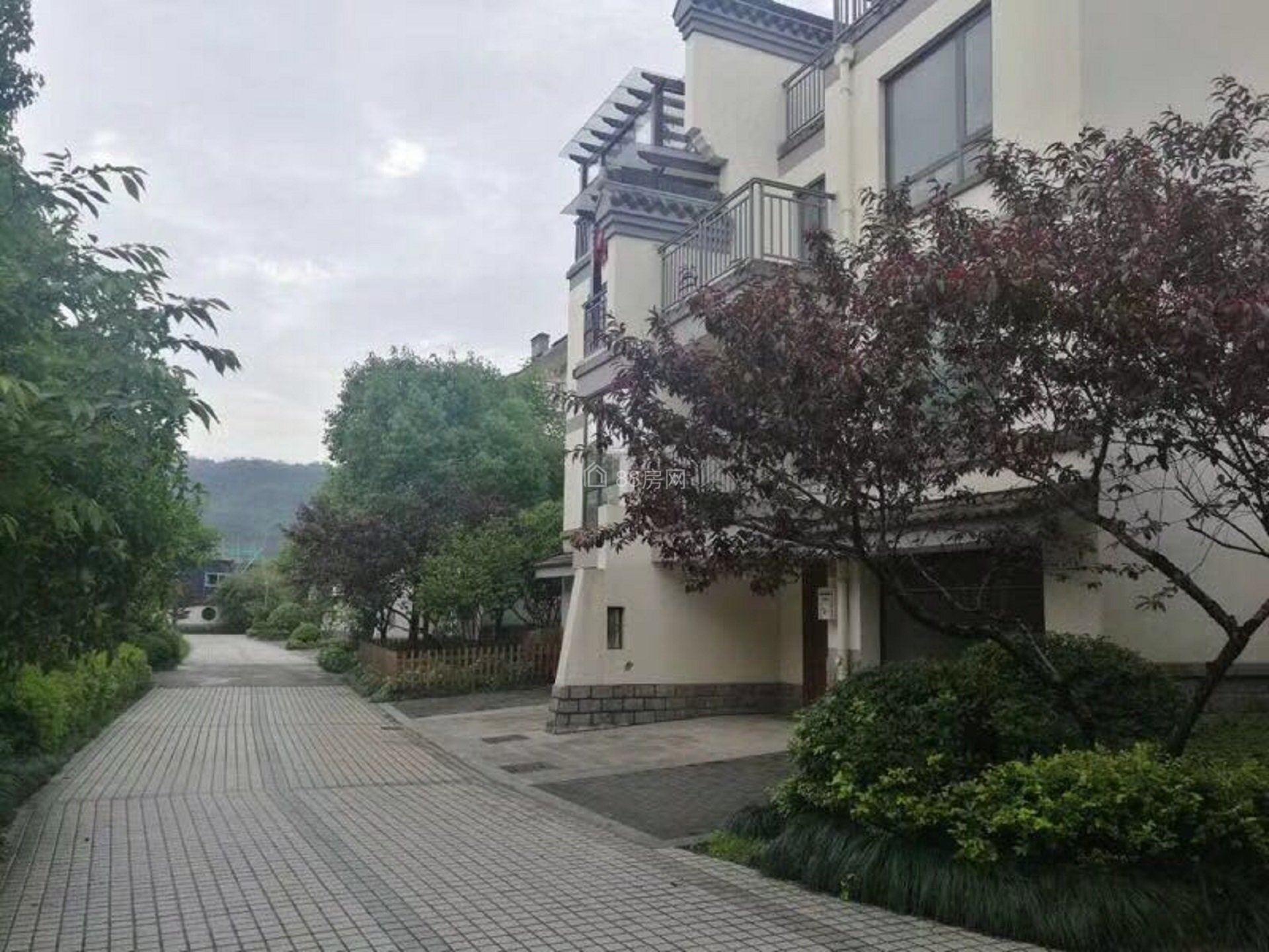 绿城龙王溪小镇,此房已经做了托管,着急出国与家人团聚底价出售