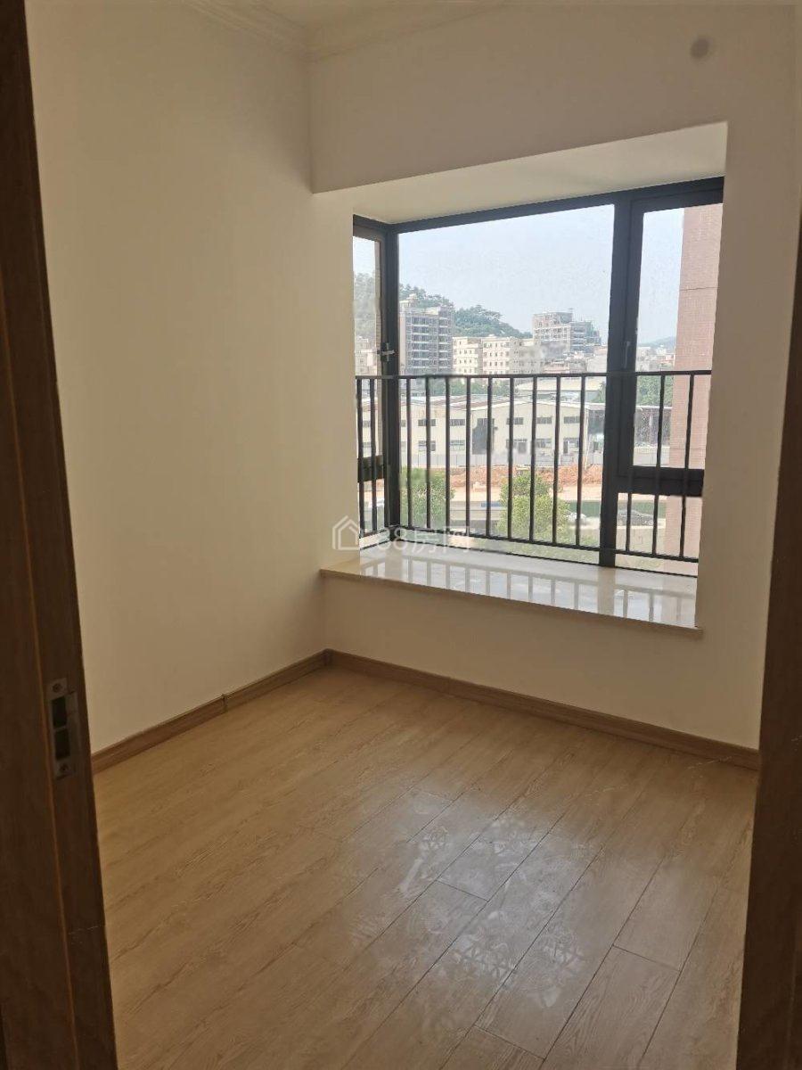 光大山湖城三房出租,空房,租金2000,小区环境优美。