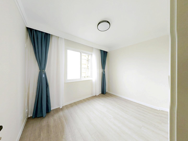 丰收佳苑 全新婚房精装修 中间楼层 三开间朝南 看房方便